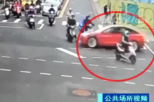 自動輔助駕駛又闖禍!特斯拉連撞多輛摩托車后翻車